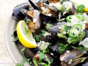 Spicy Mussels in White Wine Sauce