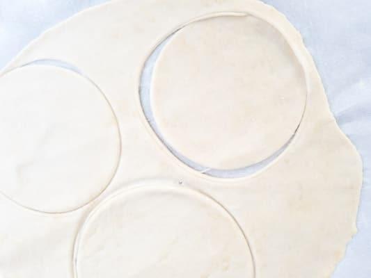 Discs formed for the Masa Para Empanadillas (Dough for Empanadillas).
