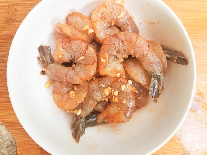 Seasoned shrimps for the camarones empanizados (battered fried shrimps)